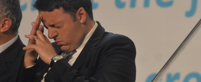 Senza dignità. Ora Renzi fa la corte a chi lo chiama «ebetino» e «pollo»