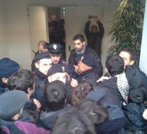 """I """"bravi ragazzi"""" dei centri sociali di Bologna denunciati per danni e lesioni"""
