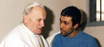 Alì Agca, visita a sorpresa alla tomba di Giovanni Paolo II