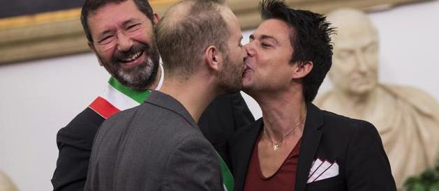 """Montino (ex vice-Marrazzo) fa il verso a Marino e """"sposa"""" due gay"""