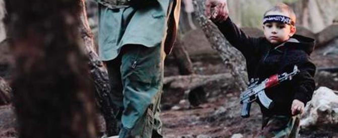 Fa rabbrividire la foto del piccolo Ismail tra i miliziani dell'Isis