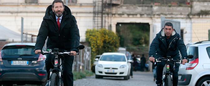 Scandalo a Roma: Marino non vede, non sente, non parla. Va in bicicletta
