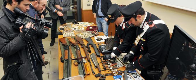 Blitz in un campo nomadi a Torino: sequestrati armi e gioielli. I precedenti