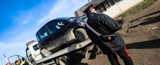 Blitz in un campo rom a Scampia: sequestrati camper e auto di lusso