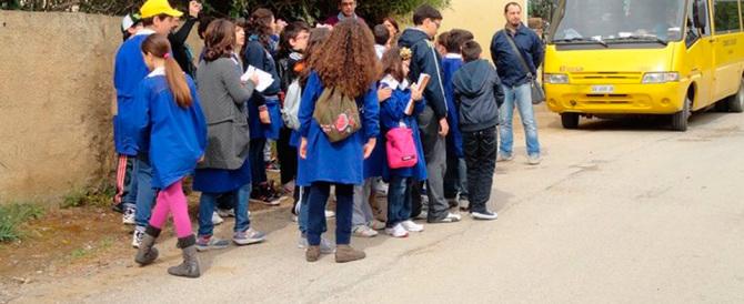 """Niente festa della mamma: un'altra follia """"progressista"""" alle elementari"""
