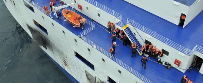 Traghetto in fiamme, ancora 168 a bordo. Un testimone: «Almeno 4 morti»
