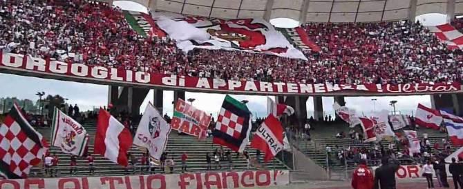 «Riprendiamoci i marò»: applausi per lo striscione degli ultras del Bari