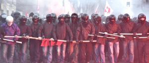 Caschi, bastoni e molotov: Cremona messa a ferro e fuoco dai centri sociali