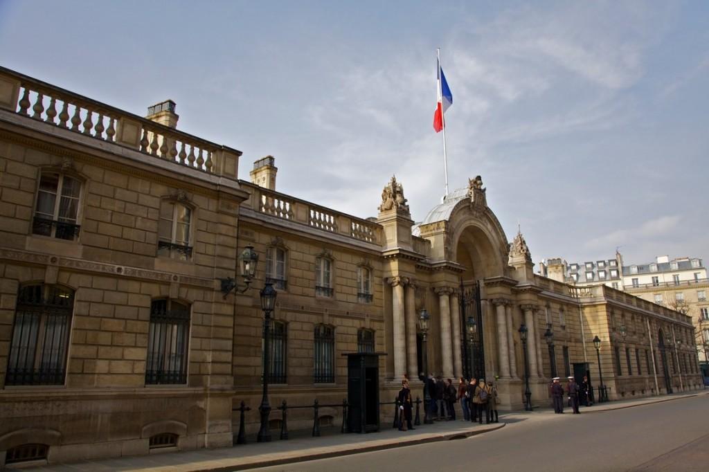 Paura a Parigi: poliziotta investita davanti all'Eliseo. Ma non è terrorismo