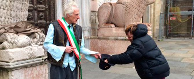 """Il sindaco """"ribelle"""" si traveste da mendicante per chiedere l'elemosina"""
