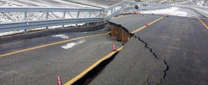 Crolla il viadotto: è l'immagine di un Paese fragile e dal futuro incerto