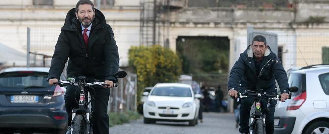 Ignazio Marino cade e si frattura, ma la colpa non è… dei sampietrini