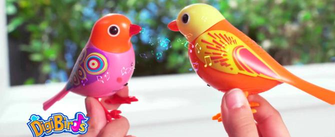 """Il nuovo giocattolo: un uccellino che a sorpresa fischietta """"Bella Ciao"""""""