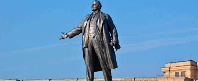 Mosca, due secchiate d'acqua santa contro il mausoleo di Lenin