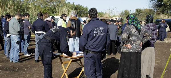 """Per ogni nomade 750 euro: chiude il centro di accoglienza """"lager"""" di Roma"""