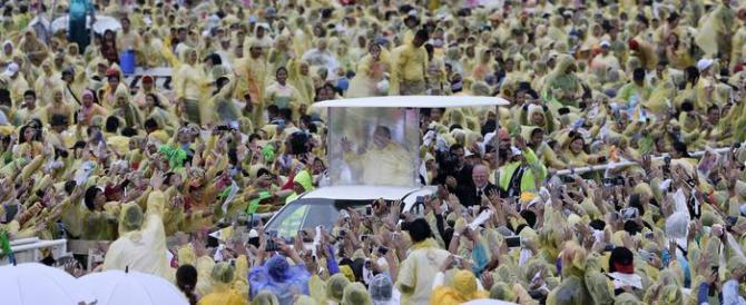 Il Papa ai superstiti del tifone Yolanda: «Piango con voi, non siete soli»