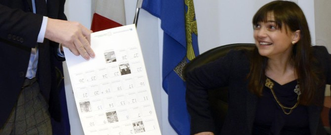 """Anche Serracchiani si fa il calendario, un po' """"velina"""" un po' donna di potere"""