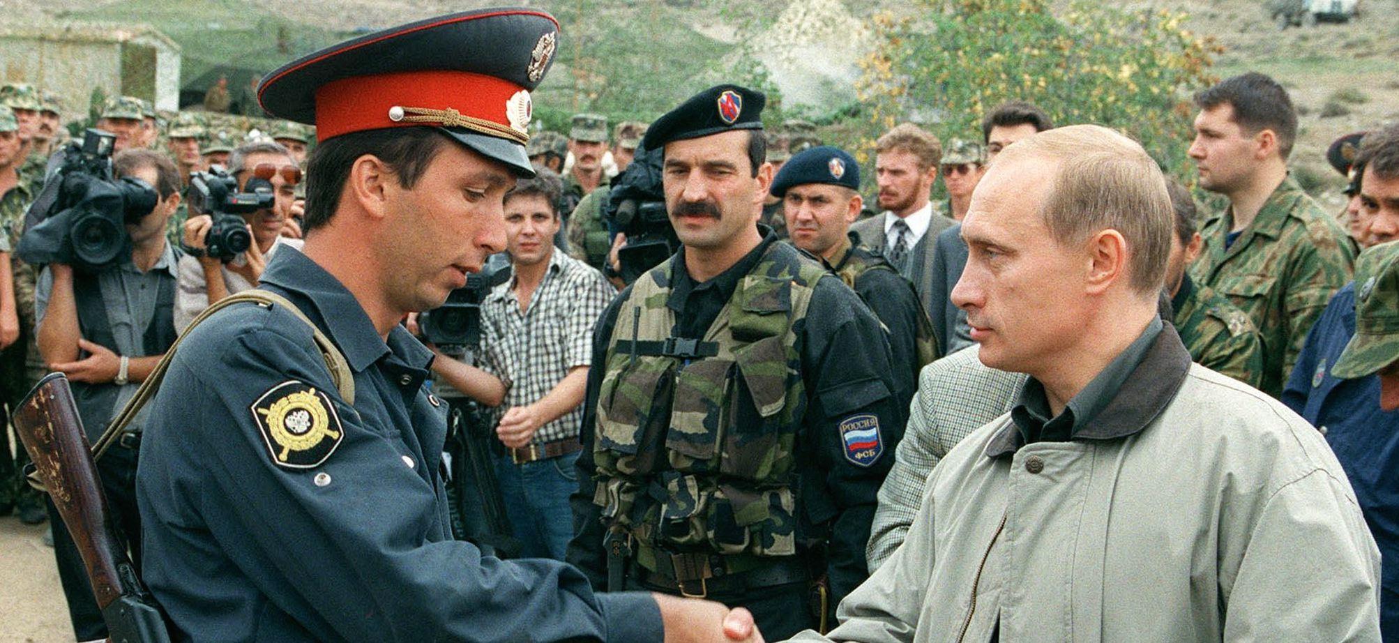 Vladimir Putin visita le truppe in Daghestan