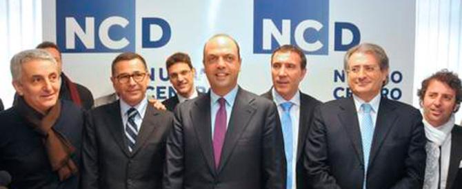 Il Ncd si sfarina e Renzi fa campagna acquisti