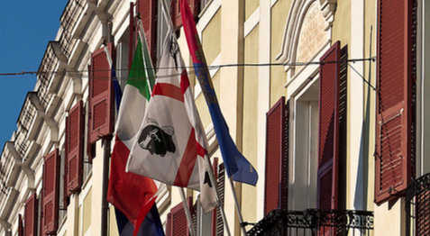 Sardegna, s'incendia sui Social il dibattito sulla bandiera: via i 4 mori?