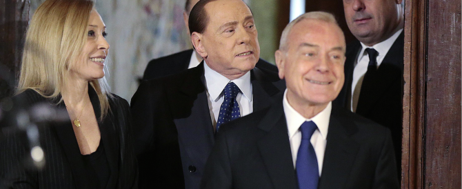 Berlusconi-show: ruba la scena a Mattarella e dà dell'uomo alla Bindi