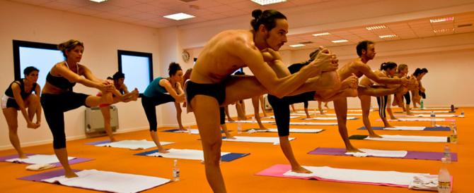 """L'imperatore dello yoga accusato di stupro e molestie: sedute troppo """"hot"""""""