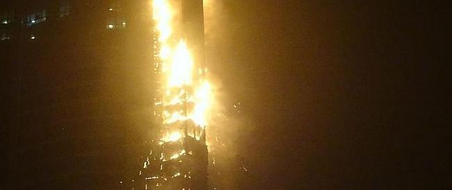 Le immagini dell'inferno di cristallo a Dubai: evacuato un grattacielo (video)