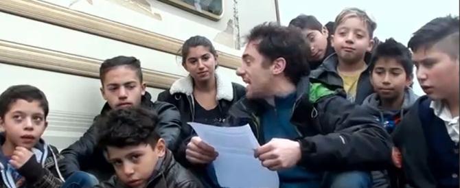 Per difendere i bambini Rom Elio Germano accusa gli italiani (video)