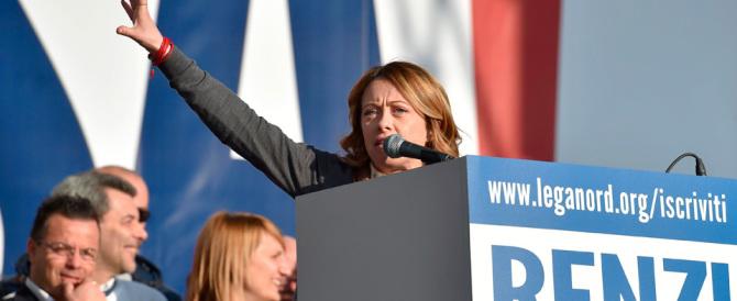 """La Meloni sul palco """"leghista"""": insieme contro Renzi e contro Bruxelles"""