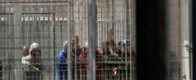 Si barricano nel centro immigrati e aggrediscono gli agenti: 6 arresti