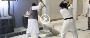 La violenza dell'Isis: ecco come devastano il museo di Mosul (VIDEO)
