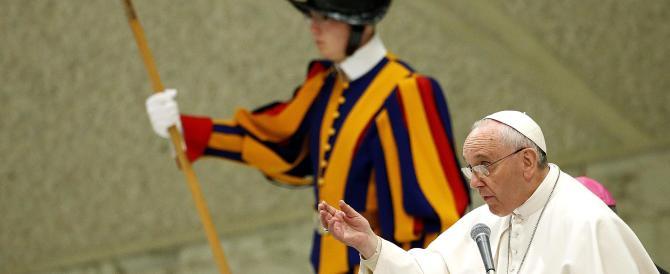 """Il Papa """"cita"""" Mafia capitale: «No alla prostituzione delle cooperative»"""