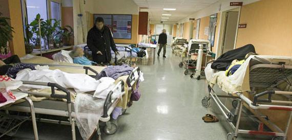 Napoli, muore sulla barella dell'ospedale. I parenti: lasciato al gelo