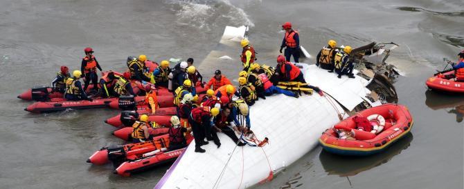 Taiwan, aereo di linea cade nel fiume dopo il decollo (video)