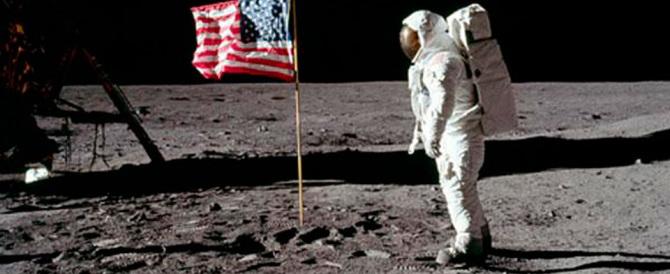 """In mostra la """"borsa segreta"""" di Armstrong quando sbarcò sulla Luna"""