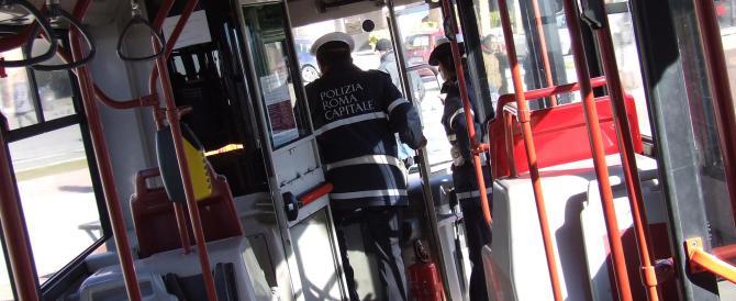 Roma, bus investe e uccide un giovane ma l'autista non se ne accorge