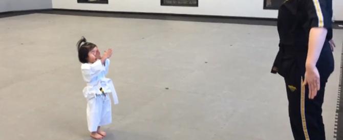 Bimba di 3 anni a lezione di taekwondo intenerisce il web