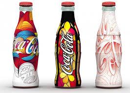 Coca Cola, la bottiglia che ricorda una silhouette femminile compie 100 anni