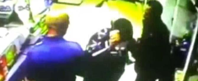 In manette l'uomo armato di ascia: il video della rapina in tabaccheria