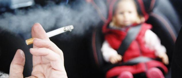 Londra, vietato fumare in auto se ci sono minori. L'Italia verso una legge
