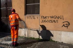 """""""Viva i partigiani jugoslavi"""", firmato falce e martello. Violato il Ricordo"""