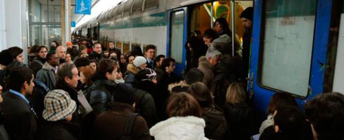 Sacrofano, molestava le studentesse nella calca della stazione: preso