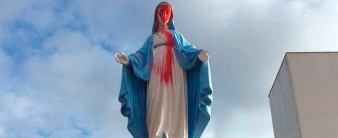"""L'ultima """"impresa"""" dei pro-gay: insulti a Dio e vernice sulla Madonna (gallery)"""