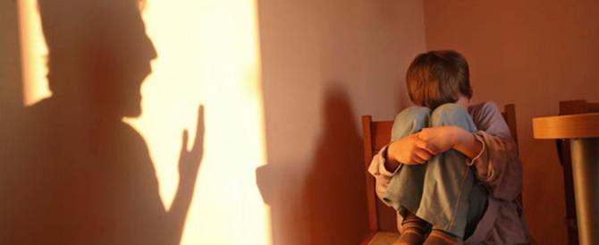 Botte e maltrattamenti a una bimba di 4 anni. Il padre finisce in manette