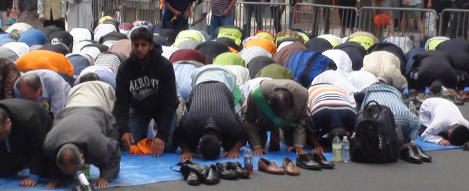 Francia l'ultima follia: feste islamiche al posto di Pasquetta e Pentecoste