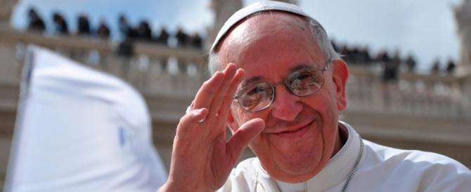 Papa Francesco raccontato in un libro: «Si fa la barba cantando il tango»