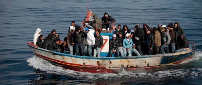 Gli 007 confermano: «L'Isis gestisce il traffico di immigrati verso l'Italia»