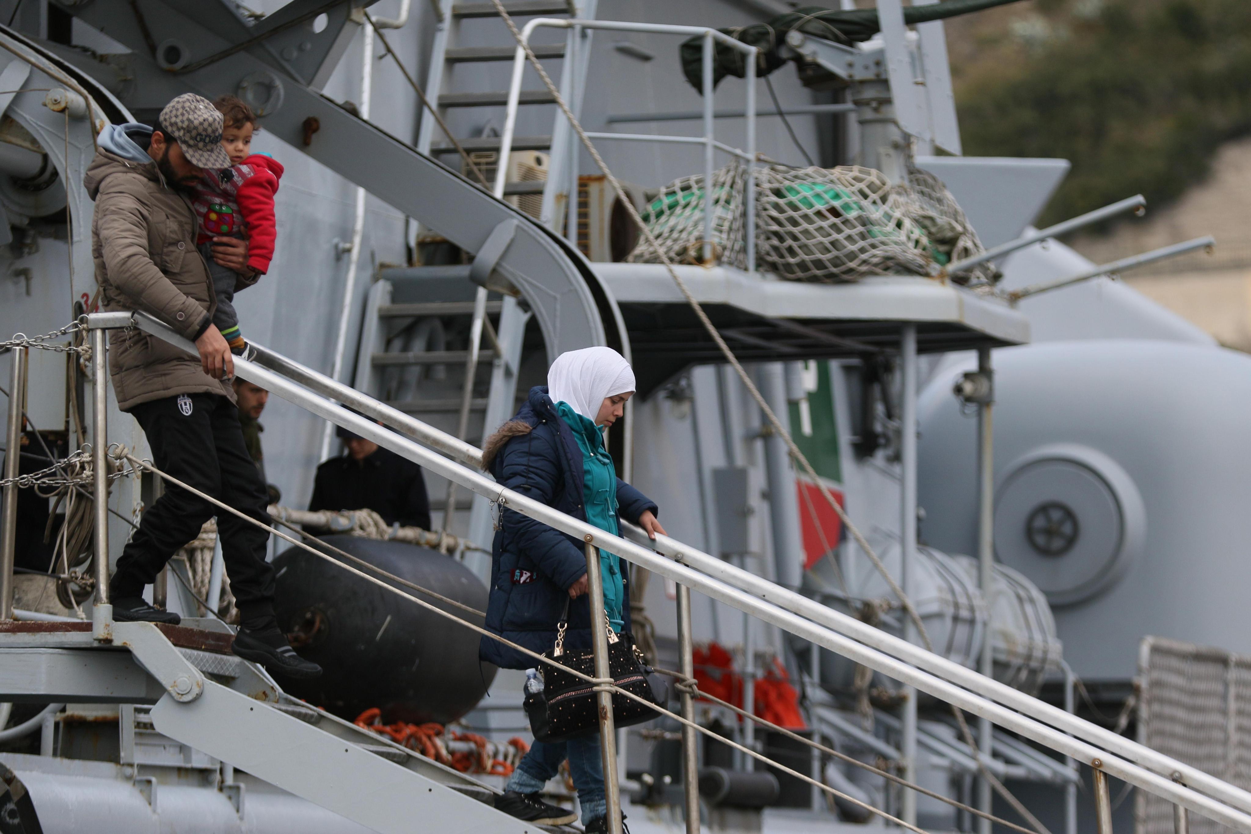 Sbarchi un flusso ininterrotto altri 319 migranti for Separa il golfo di napoli da quello di salerno