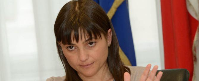 Serracchiani: «Lo stupro è più odioso se lo fa un profugo». La sinistra s'infuria