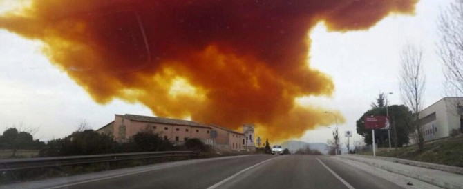 Spagna, nube tossica a Barcellona: 60mila persone bloccate in casa